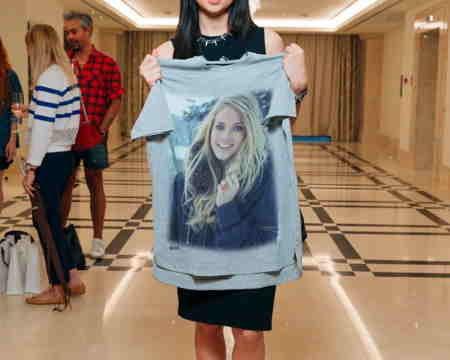 Nastasya Samburskaya Elindeki Tişört Fotoğrafı